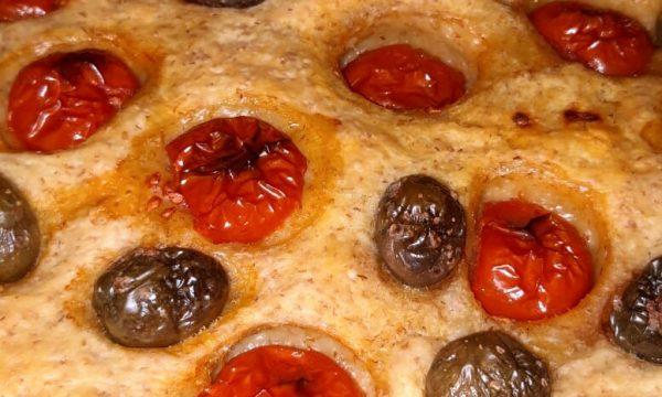 Focaccia semi integrale con salame piccante | Nuova ricetta on-line