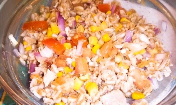 Nuova ricetta: Insalata di farro, pomodoro, mais, cipolla rossa e tonno!!